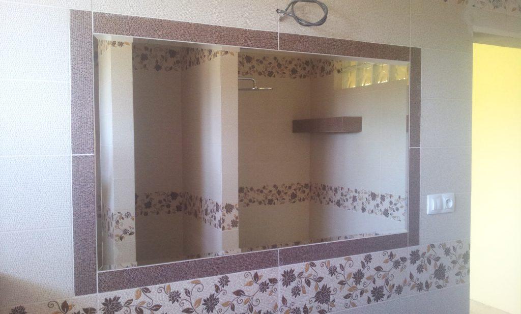 lepenie zrkadla na stenu