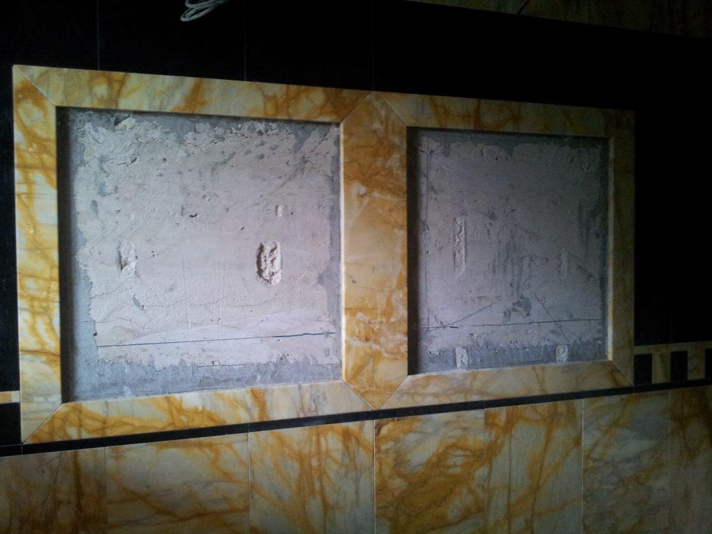 Zrkadlo v kamennom obklade